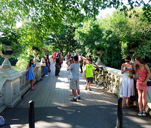 夏のセントラルパーク、美しい小橋、ボウ・ブリッジ(Bow Bridge)に広がる笑顔_b0007805_04174367.jpg