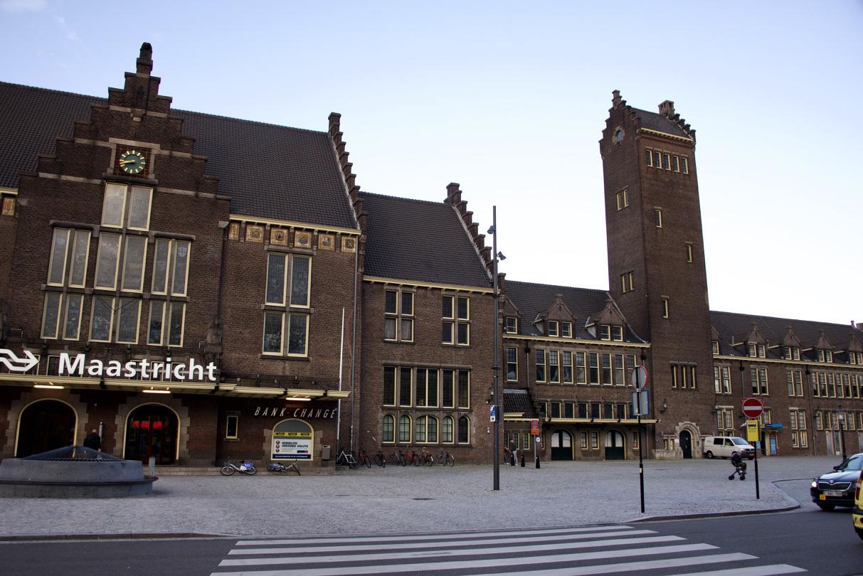 オランダのマーストリヒト駅の文字_e0175918_04135527.jpg