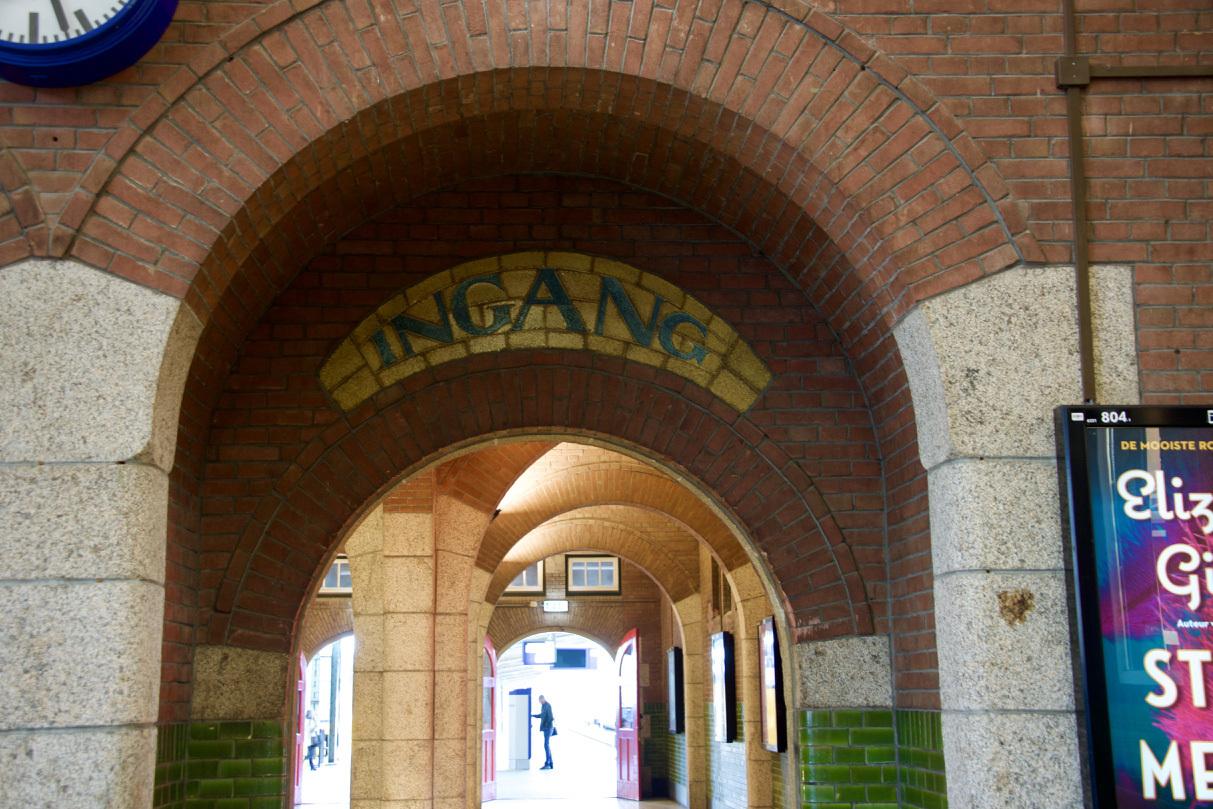 オランダのマーストリヒト駅の文字_e0175918_04143748.jpg