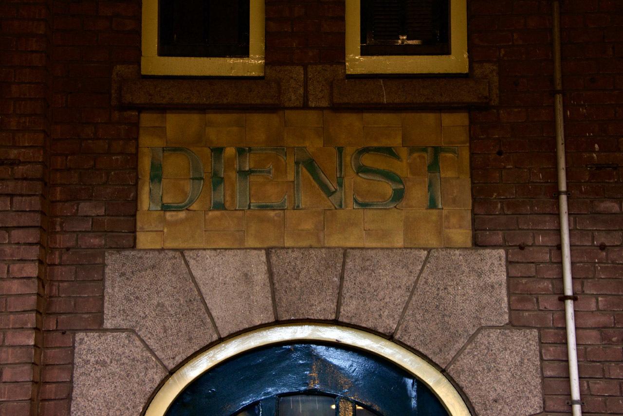 オランダのマーストリヒト駅の文字_e0175918_04154614.jpg