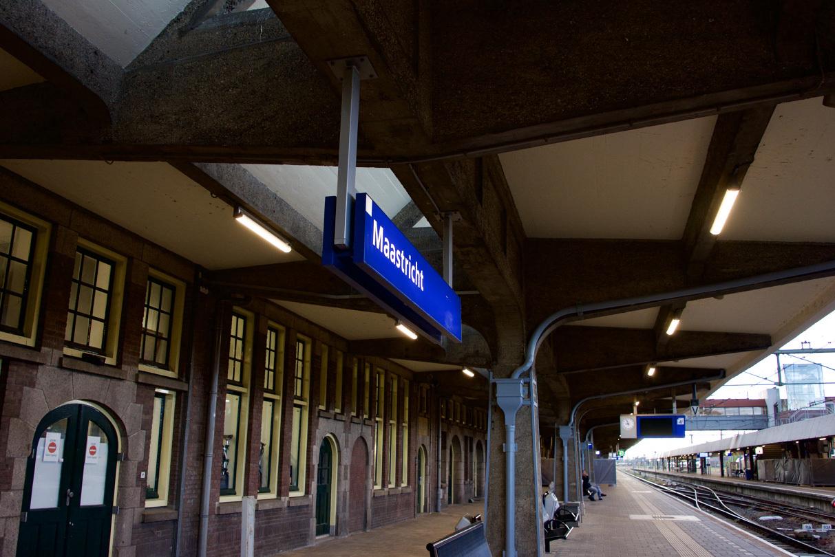 オランダのマーストリヒト駅の文字_e0175918_04201552.jpg