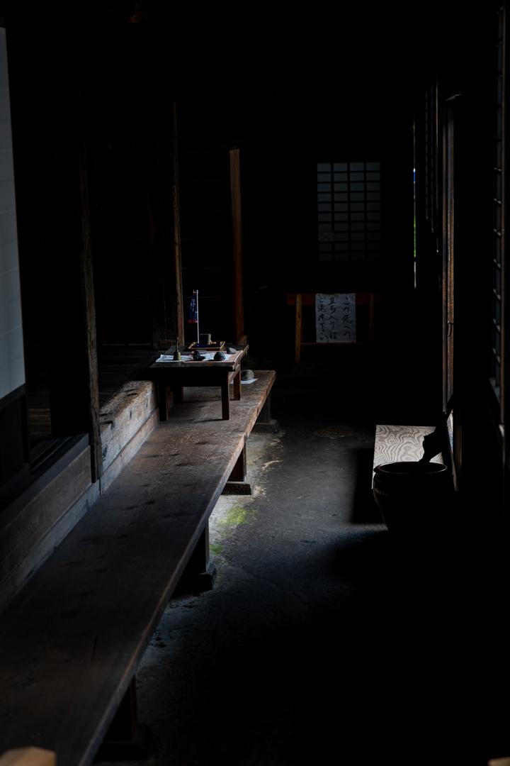 仏様に合掌(絶妙な光のバランス、長勝寺庫院)_a0158797_12185291.jpg