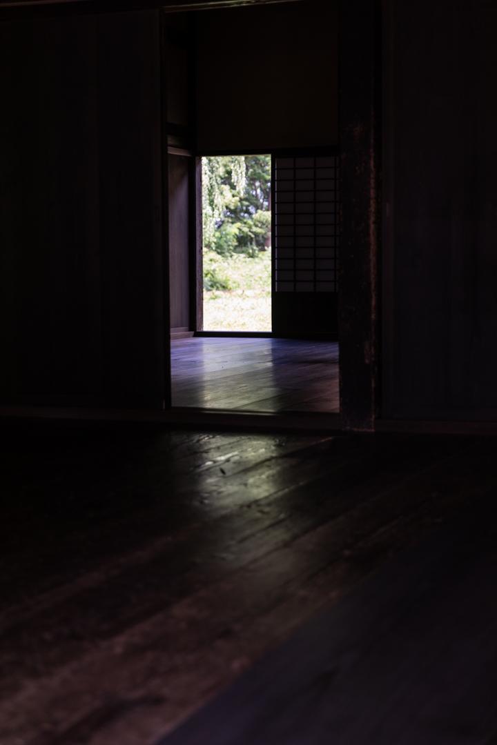 仏様に合掌(絶妙な光のバランス、長勝寺庫院)_a0158797_12280293.jpg