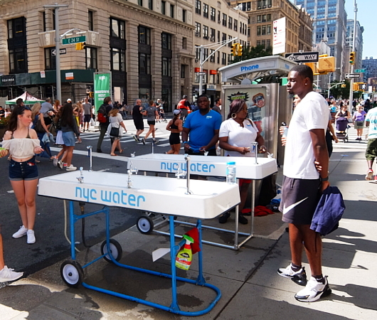 Summer Streets、NYC「ウォーター・オン・ザ・ゴー」(Water-On-the-Go)_b0007805_01271918.jpg