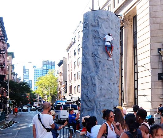 Summer Streets、NY市警による無料のロッククライミング体験 NYPD Rock Wall_b0007805_23163651.jpg