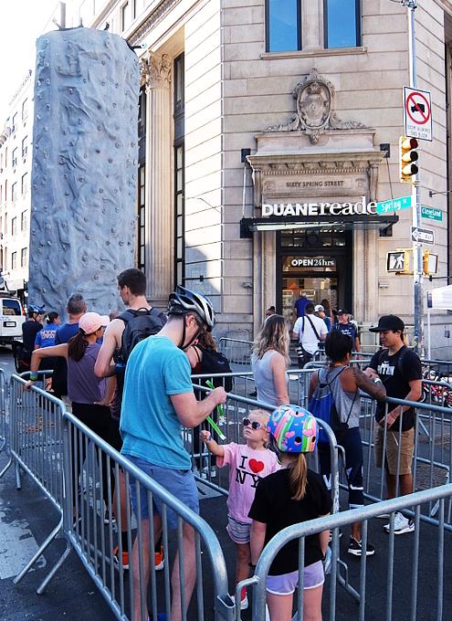 Summer Streets、NY市警による無料のロッククライミング体験 NYPD Rock Wall_b0007805_00414695.jpg