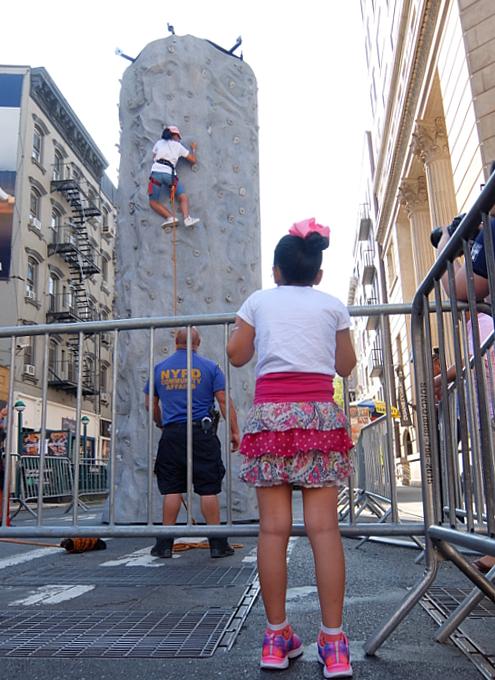 Summer Streets、NY市警による無料のロッククライミング体験 NYPD Rock Wall_b0007805_00433444.jpg