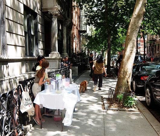 夏のニューヨークの風景、少女たちによる手作りレモネード・スタンド_b0007805_19444407.jpg