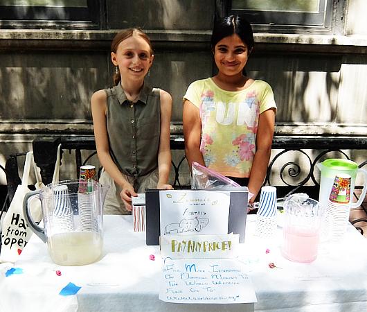 夏のニューヨークの風景、少女たちによる手作りレモネード・スタンド_b0007805_19450587.jpg