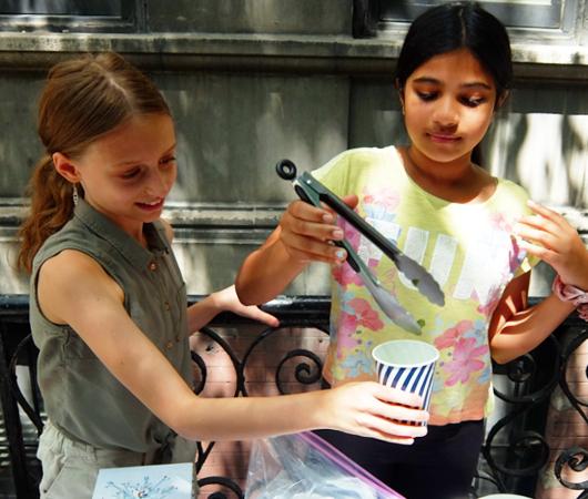 夏のニューヨークの風景、少女たちによる手作りレモネード・スタンド_b0007805_20225051.jpg