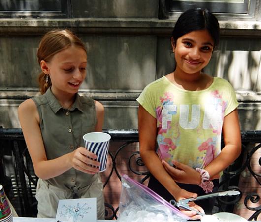 夏のニューヨークの風景、少女たちによる手作りレモネード・スタンド_b0007805_20240557.jpg