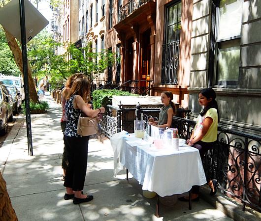 夏のニューヨークの風景、少女たちによる手作りレモネード・スタンド_b0007805_21180893.jpg