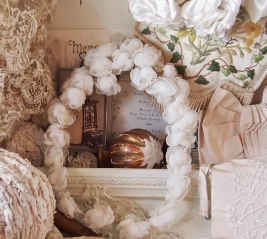 パリの蚤の市から池袋へ*ワックスフラワーや白薔薇のティアラ_c0094013_23234503.jpeg