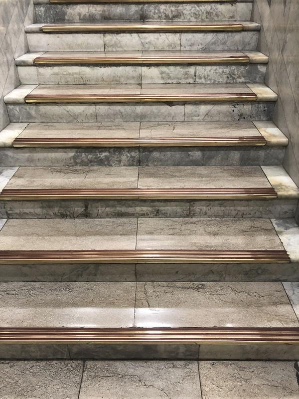 老舗デパートの階段_c0019551_15500978.jpg