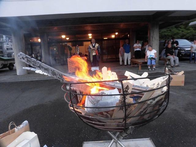 夏の最後の行事 毎年8月16日は「わきみず寺」(法雲寺)の「灯篭流し」_f0141310_06410010.jpg