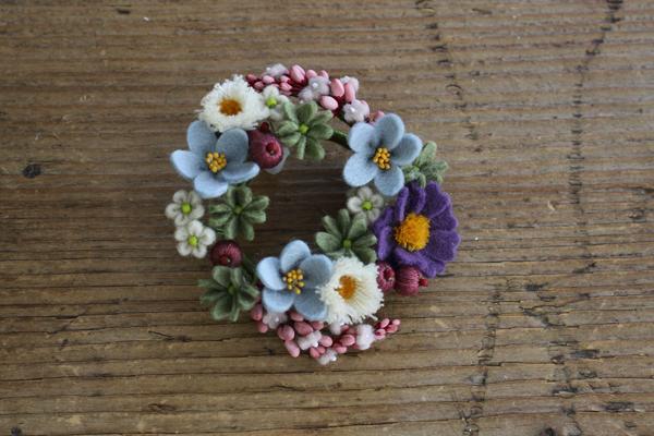 小さなフェルトのお花のリースブローチが出来ました_e0333647_06295058.jpg