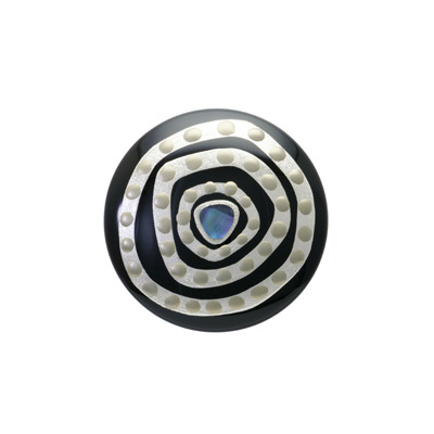 身につける漆 漆のアクセサリー 蒔絵のブローチ 丸5 銀の迷宮 黒色 坂本これくしょんの艶やかで美しくとても軽い和木に漆塗りのアクセサリー SAKAMOTO COLLECTION wearable URUSHI accessoriess brooches Platinum Labyrinth Jet black ふっくらとした使いやすい丸いフォルムに漆黒の黒、プラチナ箔と螺鈿の大胆な蒔絵が印象的、緻密な伝統工芸の粋が合わさった職人の技が光る魅力の作品、和木に漆塗りはボリュームがあり軽くて着け心地が楽と好評です。 #ブローチ #銀の迷宮 #黒いブローチ #漆黒 #ブラックブローチ #軽いブローチ #漆のブローチ #蒔絵のブローチ #brooches #Platinum #Labyrinth #JetBlack #jewelry #蒔絵 #漆塗り
