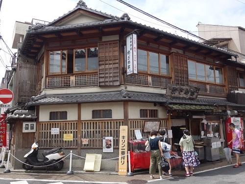 京都へ行って大活躍の日、夕食は祢ざめ家の稲荷寿司を南座で_c0030645_19023963.jpg
