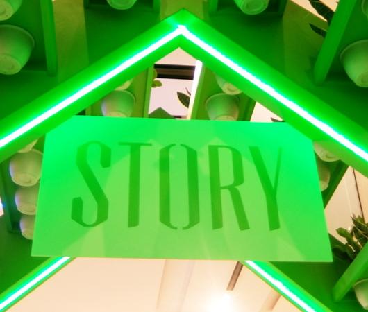 Macy\'sストーリーOutdoor編、1階エスカレーターまわりのディスプレイ_b0007805_00223184.jpg