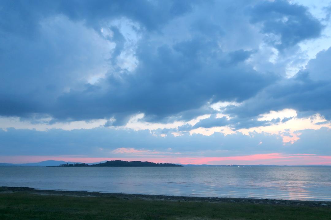 金色の湖畔で夕食 帰りは雷雨、トラジメーノ湖・ウンブリア_f0234936_721362.jpg