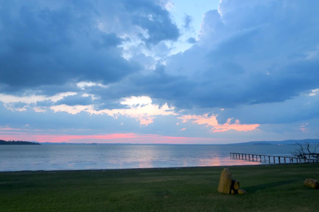金色の湖畔で夕食 帰りは雷雨、トラジメーノ湖・ウンブリア_f0234936_7272381.jpg