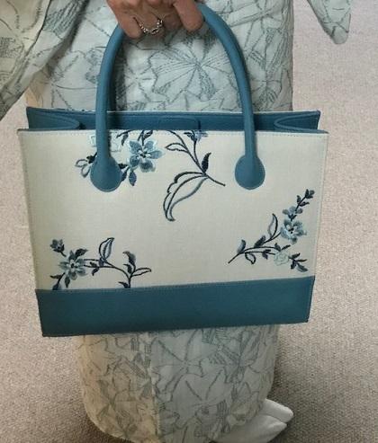 綺麗なブルーのお花の刺繍のバッグ・着物にも洋装にも。_f0181251_18413322.jpg