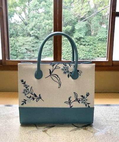 綺麗なブルーのお花の刺繍のバッグ・着物にも洋装にも。_f0181251_18531007.jpg