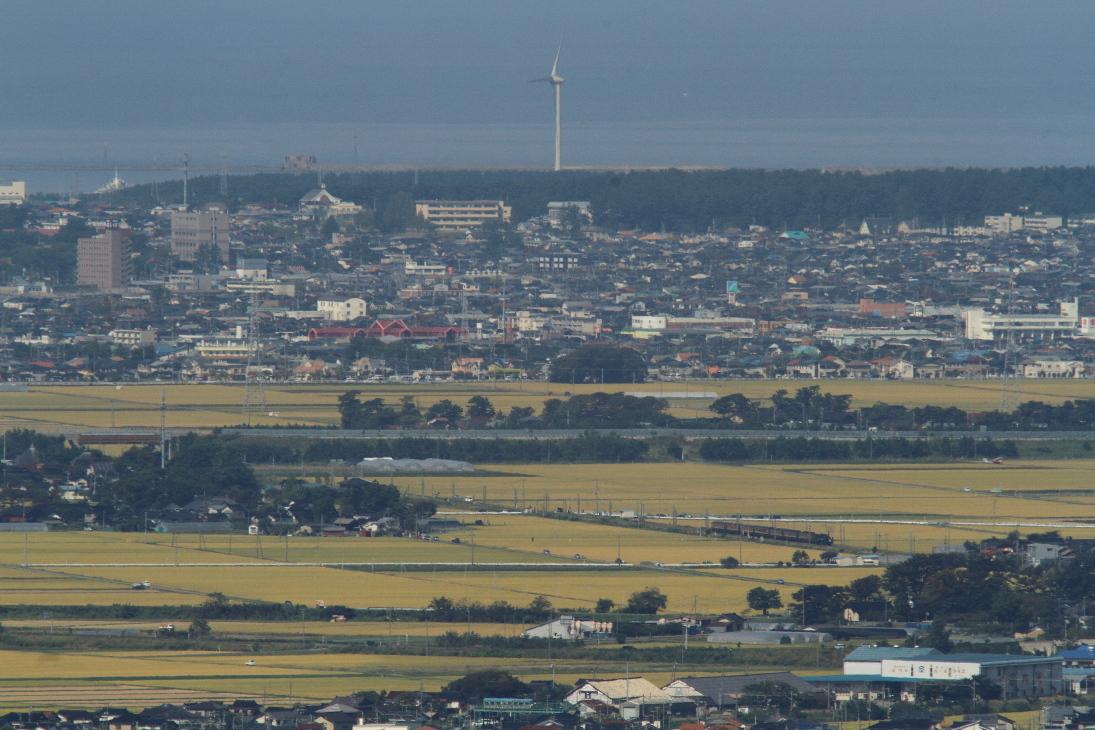 青い日本海と風車と稲穂のカーペットと小さな小さな汽車 - 2017年・羽越線 -_b0190710_20501321.jpg