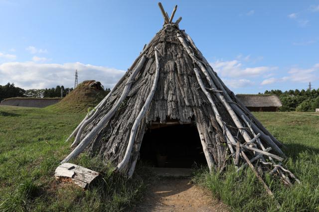 竪穴式住居でひと休み_a0158797_23502104.jpg