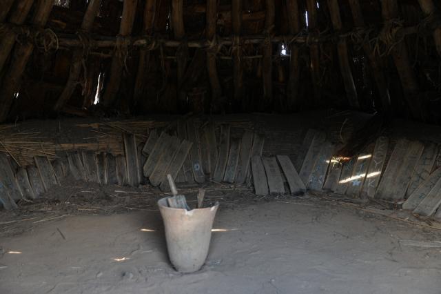 竪穴式住居でひと休み_a0158797_23513714.jpg