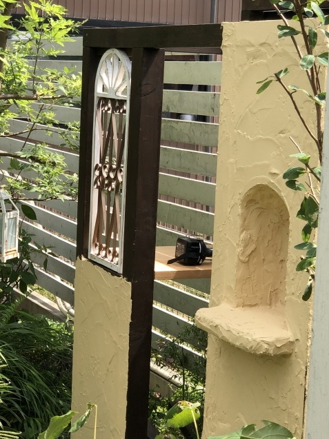 DIY【ミニハウスもどき】ウインドウフレーム取り付け、外壁塗り完了_a0243064_21144956.jpg