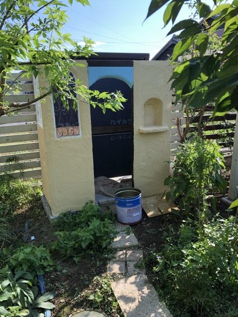 DIY【ミニハウスもどき】ウインドウフレーム取り付け、外壁塗り完了_a0243064_21374830.jpg
