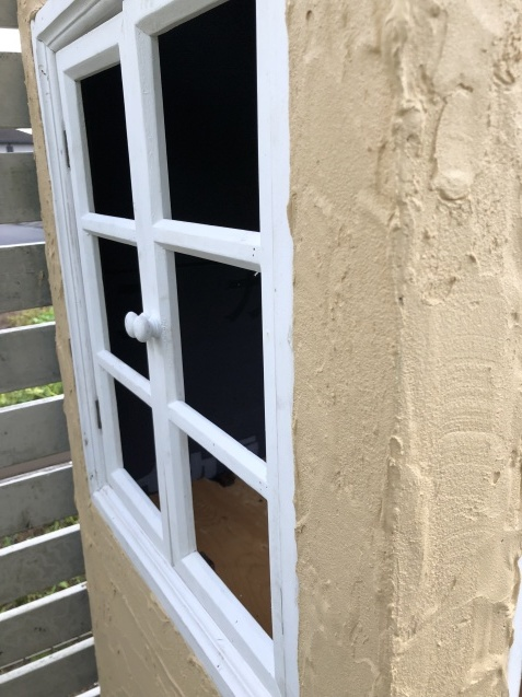 DIY【ミニハウスもどき】ウインドウフレーム取り付け、外壁塗り完了_a0243064_21422756.jpg