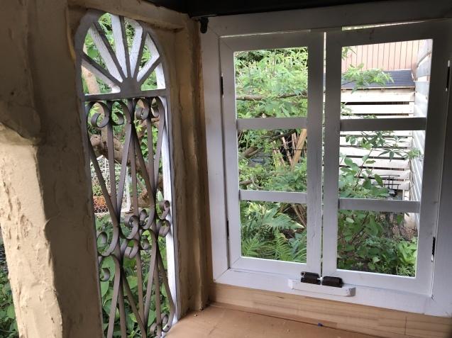 DIY【ミニハウスもどき】ウインドウフレーム取り付け、外壁塗り完了_a0243064_21430385.jpg