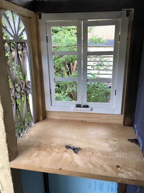 DIY【ミニハウスもどき】ウインドウフレーム取り付け、外壁塗り完了_a0243064_21432494.jpg