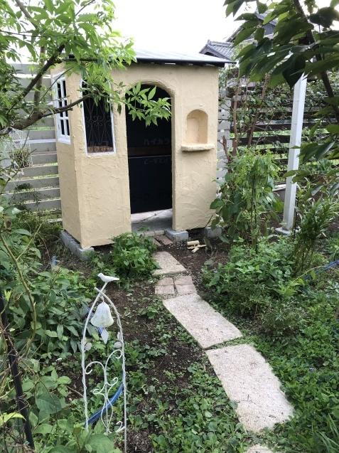 DIY【ミニハウスもどき】ウインドウフレーム取り付け、外壁塗り完了_a0243064_21595332.jpg