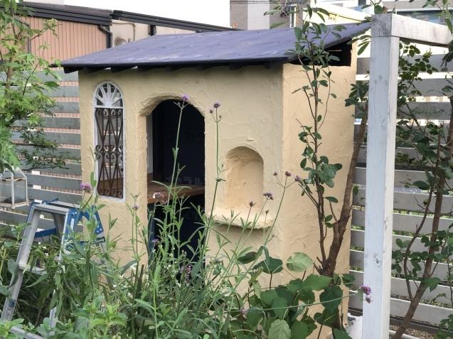 DIY【ミニハウスもどき】ウインドウフレーム取り付け、外壁塗り完了_a0243064_22001943.jpg