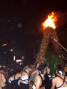 夏の終わりの風物詩、愛宕山の火祭り、そして地蔵盆_b0102572_10441763.jpg
