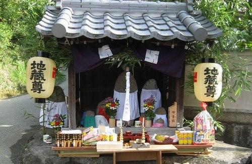 夏の終わりの風物詩、愛宕山の火祭り、そして地蔵盆_b0102572_10523608.jpg