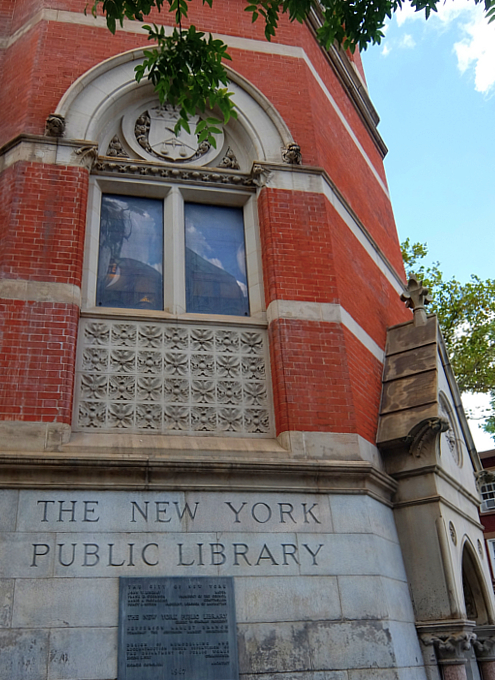NYではこんな美しい時計台の建物が、図書館 - Jefferson Market Library外観_b0007805_04461004.jpg