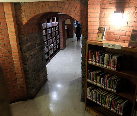 ニューヨークの地下にある図書館、 Jefferson Market Library_b0007805_01493286.jpg