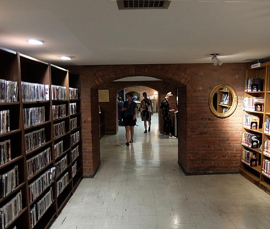 ニューヨークの地下にある図書館、 Jefferson Market Library_b0007805_01510928.jpg
