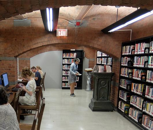 ニューヨークの地下にある図書館、 Jefferson Market Library_b0007805_01552928.jpg
