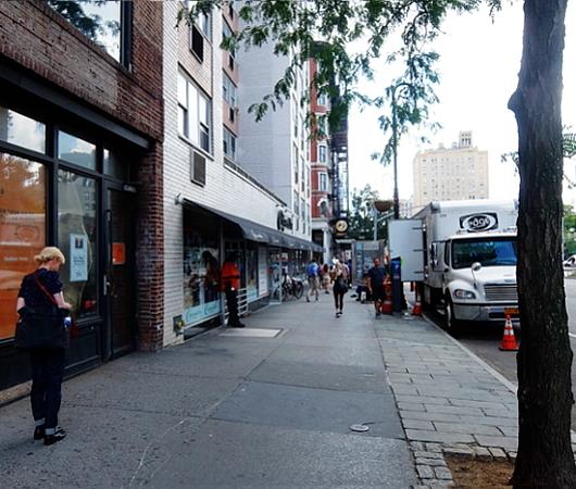 夏のニューヨーク、グリニッジ・ビレッジの普通の街角風景_b0007805_02060452.jpg