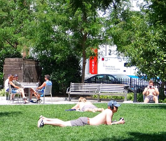 AIDS最前線で戦った聖ヴィンセント病院跡地にできたNYCエイズ・メモリアル公園_b0007805_03580633.jpg