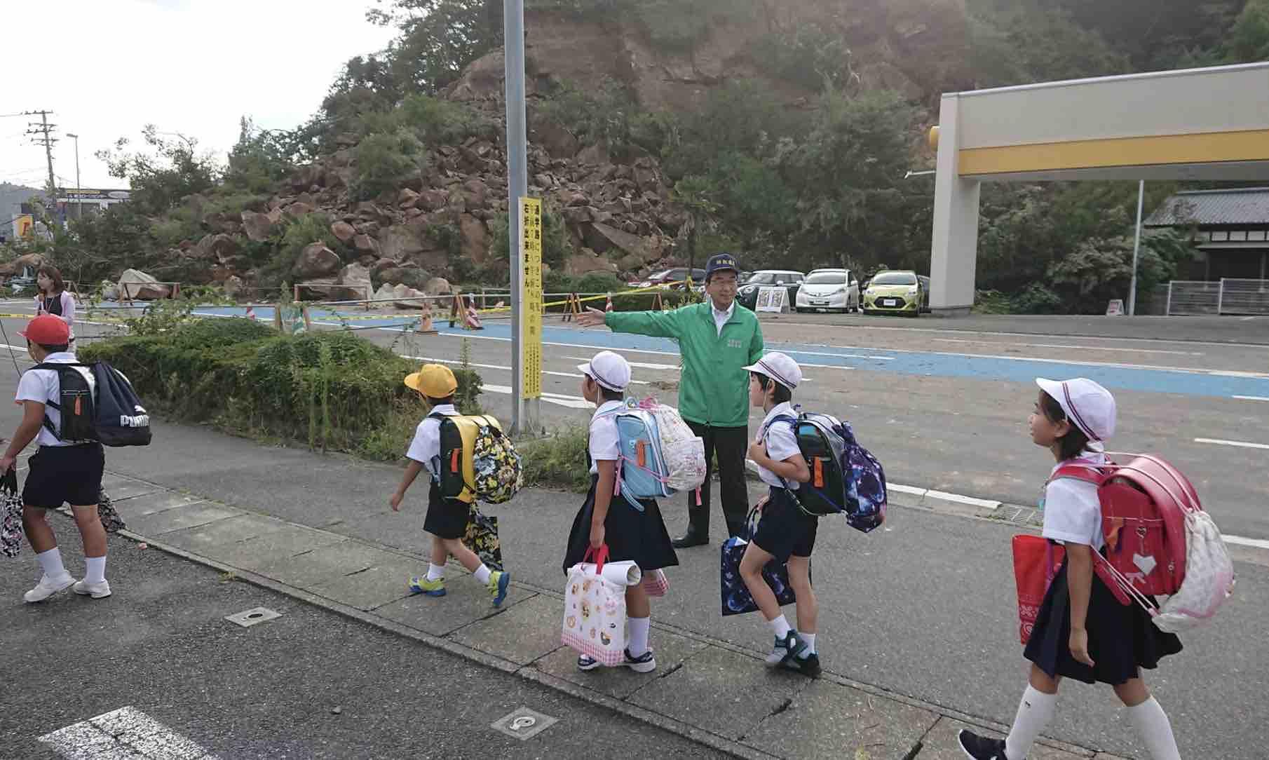 鹿島山崩れ、県道通行止で市長等に緊急要望_e0068696_1005470.jpg