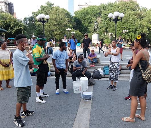 通りすがりの人も自由参加、NYならではの街角ラップ合戦_b0007805_09090280.jpg