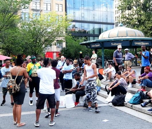 通りすがりの人も自由参加、NYならではの街角ラップ合戦_b0007805_09092730.jpg