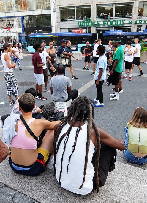 通りすがりの人も自由参加、NYならではの街角ラップ合戦_b0007805_09102897.jpg