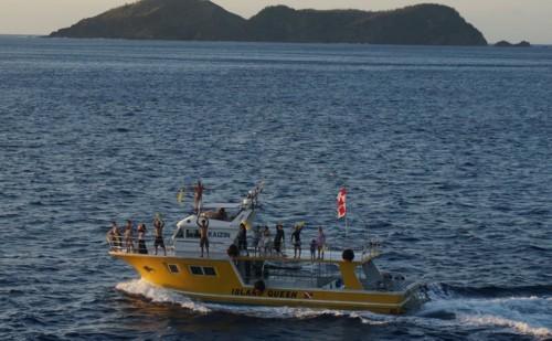 豪華客船に別れを惜しむ漁船達_f0055131_15023487.jpg